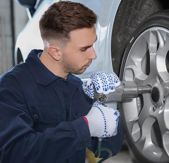 un garagiste monte une roue