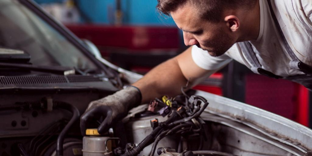un mécanicien répare une voiture